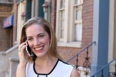Hübsches Mädchen, das telefonisch nennt Stockfoto