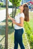 Hübsches Mädchen, das um Außenseite im Park spielt Stockfotos