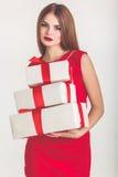 Hübsches Mädchen, das weißes Weihnachtsgeschenkbox hält stockbild