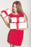 Hübsches Mädchen, das weißes Weihnachtsgeschenkboxen hält lizenzfreies stockbild
