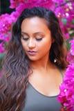 Hübsches Mädchen in den Bouganvillas Lizenzfreie Stockfotografie