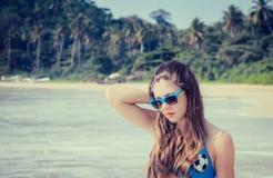 Hübsches Mädchen in der bunten Sonnenbrille Stockfoto