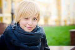 Hübsches Mädchen an der europäischen Straße lizenzfreies stockbild