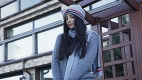 Hübsches Mädchen in der warmen stilvollen Kleidung, die auf dem Yard aufwirft 4K stock video