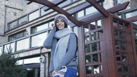 Hübsches Mädchen in der warmen stilvollen Kleidung, die auf dem Yard aufwirft 4K stock video footage
