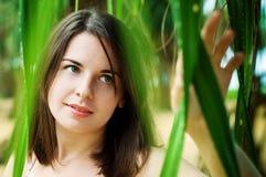 Hübsches Mädchen in der wilden Natur Lizenzfreie Stockfotos