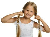 Hübsches Mädchen die blonde Holding selbst für Flechte Lizenzfreie Stockfotografie