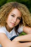 Hübsches Mädchen draußen Lizenzfreie Stockfotos
