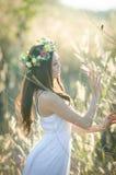 Hübsches Mädchen in einem Frühlingsblumengarten Lizenzfreies Stockbild