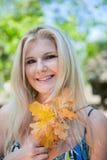 Hübsches Mädchen in einem Herbstpark Lizenzfreies Stockbild