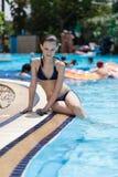 Hübsches Mädchen in einem Schwimmenpool Stockfotos