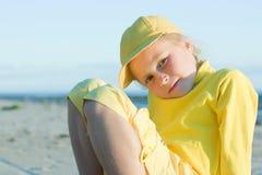Hübsches Mädchen in einer gelben Kugelschutzkappe Lizenzfreie Stockbilder