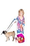 Hübsches Mädchen in führendem Hund des Kleides der Mutter Stockfotografie