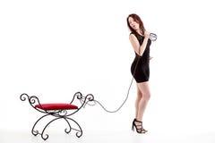 Hübsches Mädchen führt einen Sitz auf einem Seil Lizenzfreies Stockfoto