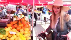 Hübsches Mädchen geht am Markt stock video footage