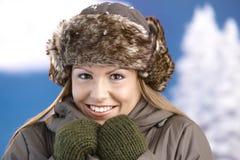 Hübsches Mädchen gekleidet herauf das warme lächelnde Einfrieren Stockfoto