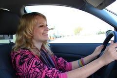 Hübsches Mädchen im Auto stockfotografie