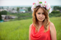 Hübsches Mädchen im Gras lizenzfreie stockbilder