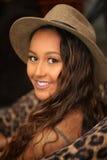 Hübsches Mädchen im Hut, der über Schulter schaut Lizenzfreies Stockbild