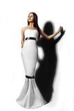 Hübsches Mädchen im langen weißen Kleid lizenzfreies stockfoto
