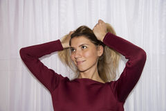 Hübsches Mädchen im marsala Kleiderabschluß Lizenzfreies Stockfoto