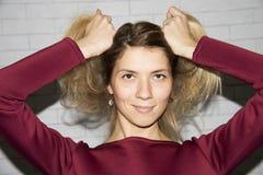 Hübsches Mädchen im marsala Kleiderabschluß lizenzfreie stockfotos