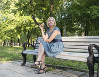 Hübsches Mädchen im Park Lizenzfreie Stockfotos