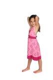 Hübsches Mädchen im rosafarbenen Kleid und in den bloßen Füßen Stockfotos