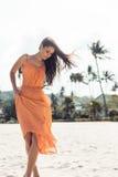 Hübsches Mädchen im Sommerkleid auf dem Strand Stockbilder