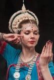 Hübsches Mädchen im traditionellen Kostüm lizenzfreie stockbilder