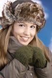 Hübsches Mädchen kleidete oben das warme Lächeln, nachdem sie Ski gefahren hatte Stockfoto