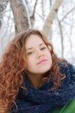 Hübsches Mädchen lächelt im Freien am Wintertag im Park Stockbild