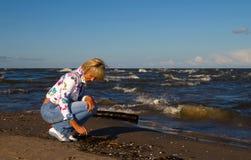 Hübsches Mädchen in Meer Lizenzfreies Stockfoto