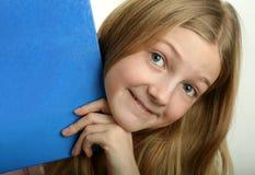 Hübsches Mädchen mit blauem Buch Stockfoto