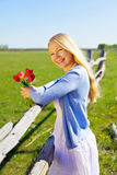 Hübsches Mädchen mit Blumen im Land Stockfoto