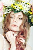 Hübsches Mädchen mit Blumenkrone auf Kopf stockfoto