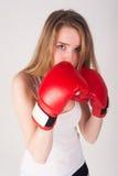 Hübsches Mädchen mit Boxhandschuhen Stockfotografie