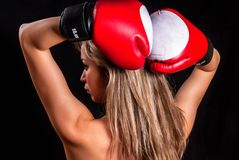 Hübsches Mädchen mit Boxhandschuhen Lizenzfreie Stockfotografie