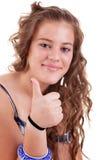 Hübsches Mädchen mit dem Daumen angehoben als Zeichen des Erfolgs lizenzfreie stockfotos