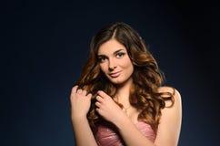 Hübsches Mädchen mit dem schönen Haar und Berufsmake-up lizenzfreie stockfotos