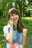 Hübsches Mädchen mit dem Telefonlächeln Stockfotografie