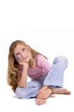 Hübsches Mädchen mit der Blumenbasisrecheneinheitsverfassung, die auf dem Fußboden sitzt Lizenzfreies Stockfoto