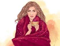 Hübsches Mädchen mit der Schale heißem Tee oder Kaffee, eingewickelt in der warmen roten Decke Lizenzfreie Stockfotos
