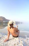 Hübsches Mädchen mit einem Cocktail auf dem Strand Stockfotografie