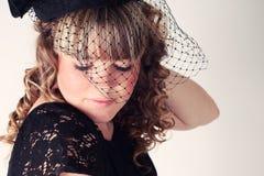 Hübsches Mädchen mit einem Hut und einem langen gelockten Haar Lizenzfreie Stockbilder