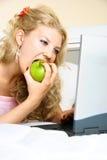 Hübsches Mädchen mit einem Laptop Stockfotos