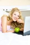 Hübsches Mädchen mit einem Laptop Lizenzfreies Stockfoto