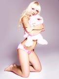 Hübsches Mädchen mit einem Spielzeug Lizenzfreies Stockfoto