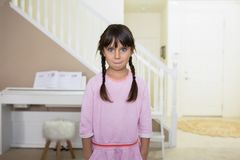 Hübsches Mädchen mit einem verwirrten Blick stockfotografie