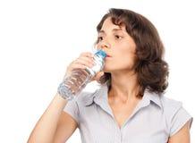 Hübsches Mädchen mit einer Flasche kaltem Wasser Stockfotografie